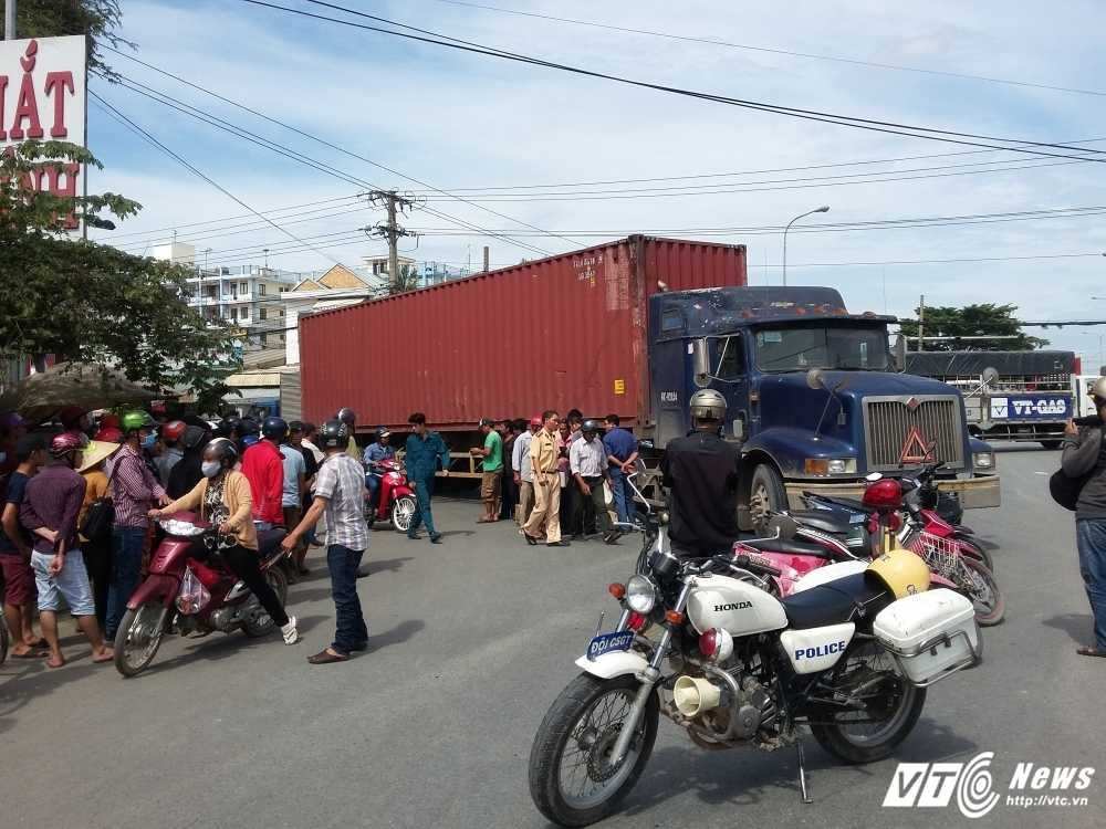 Nguoi phu nu chet thuong tam duoi gam xe container hinh anh 2