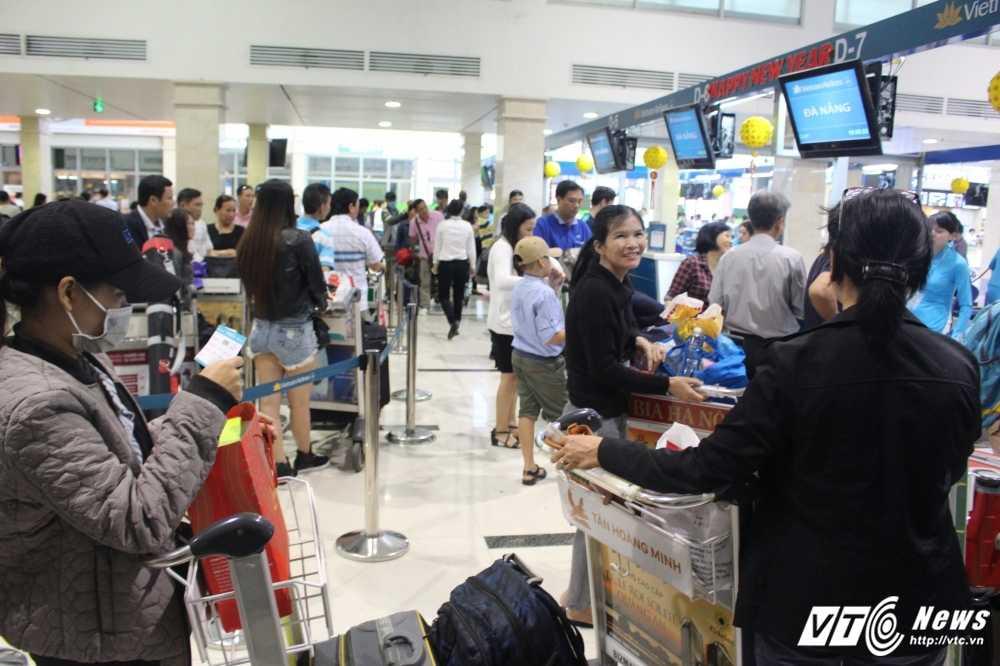 Mung 2 Tet: San bay Tan Son Nhat van chay ve hinh anh 2