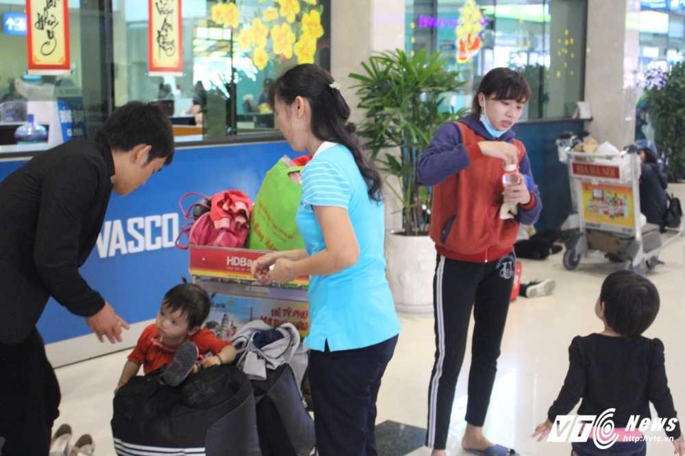Mung 2 Tet: San bay Tan Son Nhat van chay ve hinh anh 5