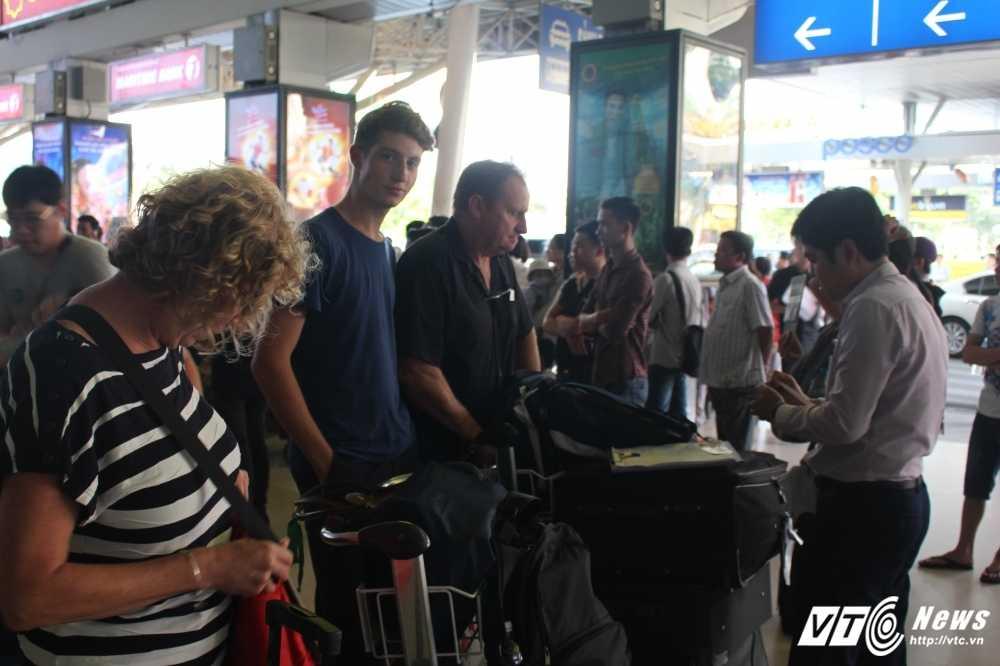 Mung 2 Tet: San bay Tan Son Nhat van chay ve hinh anh 4
