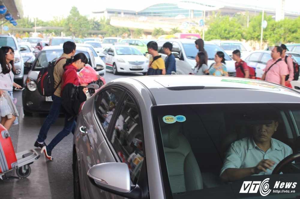 Mung 2 Tet: San bay Tan Son Nhat van chay ve hinh anh 7