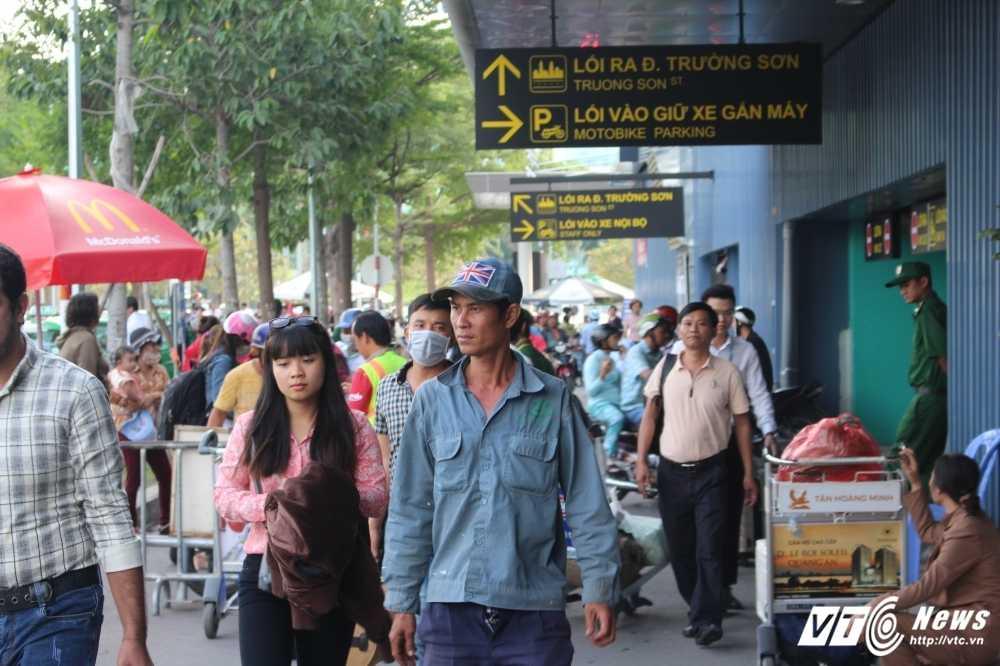 Mung 2 Tet: San bay Tan Son Nhat van chay ve hinh anh 6