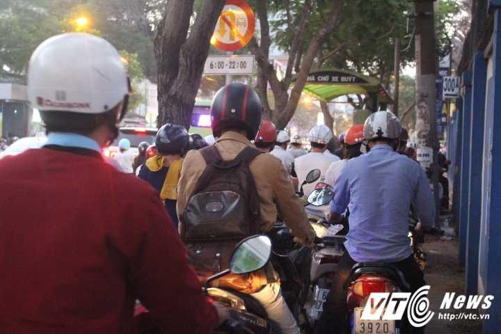 Duong pho Sai Gon ket cung, xe may 'dai nao' tram cho xe buyt ngay Valentine hinh anh 9