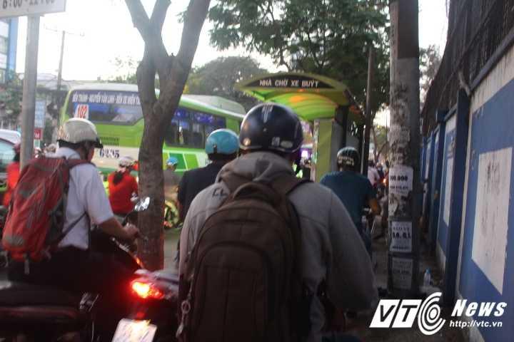 Duong pho Sai Gon ket cung, xe may 'dai nao' tram cho xe buyt ngay Valentine hinh anh 10