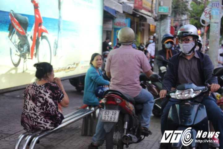Duong pho Sai Gon ket cung, xe may 'dai nao' tram cho xe buyt ngay Valentine hinh anh 6
