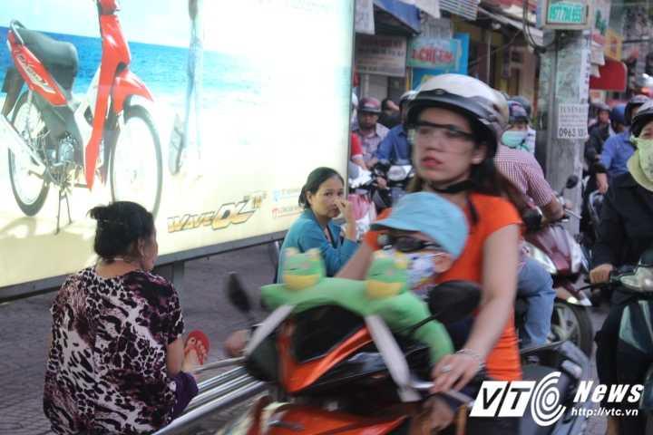Duong pho Sai Gon ket cung, xe may 'dai nao' tram cho xe buyt ngay Valentine hinh anh 5