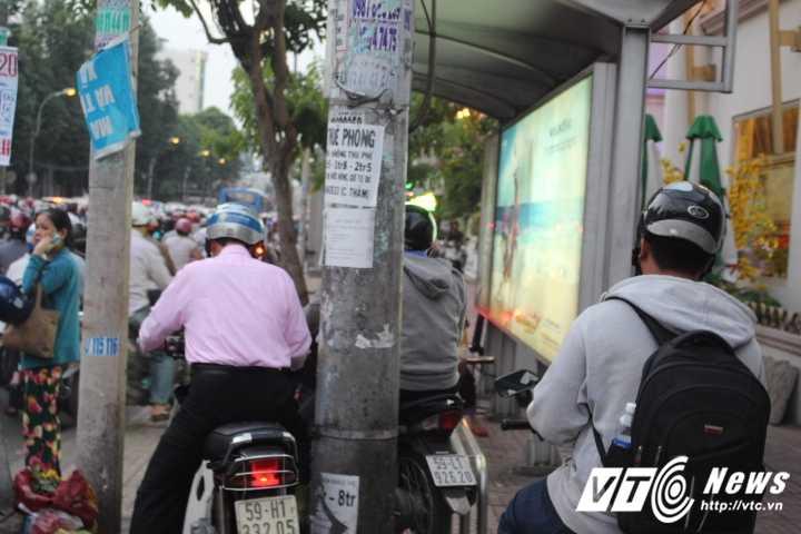 Duong pho Sai Gon ket cung, xe may 'dai nao' tram cho xe buyt ngay Valentine hinh anh 8