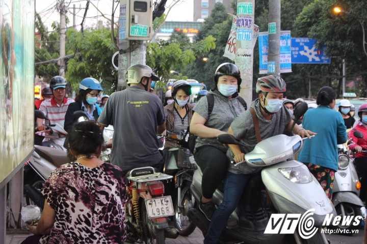 Duong pho Sai Gon ket cung, xe may 'dai nao' tram cho xe buyt ngay Valentine hinh anh 4