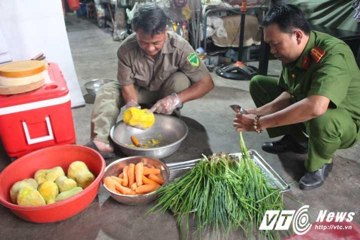 Truong Cong an phuong cung dong doi nau chao cho benh nhan ngheo Sai Gon hinh anh 2