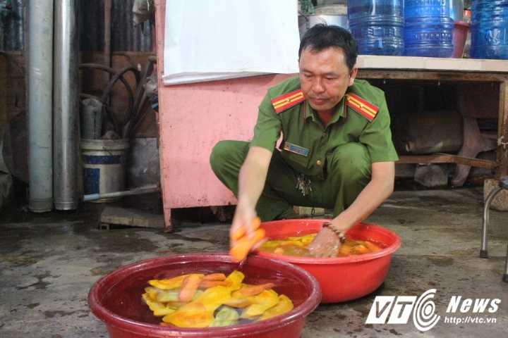 Truong Cong an phuong cung dong doi nau chao cho benh nhan ngheo Sai Gon hinh anh 4