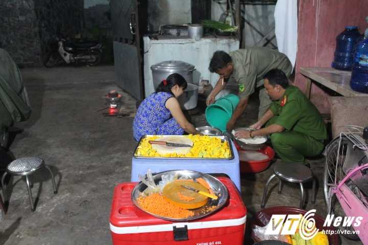 Truong Cong an phuong cung dong doi nau chao cho benh nhan ngheo Sai Gon hinh anh 6