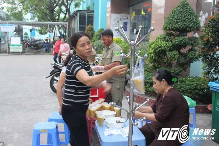 Truong Cong an phuong cung dong doi nau chao cho benh nhan ngheo Sai Gon hinh anh 9