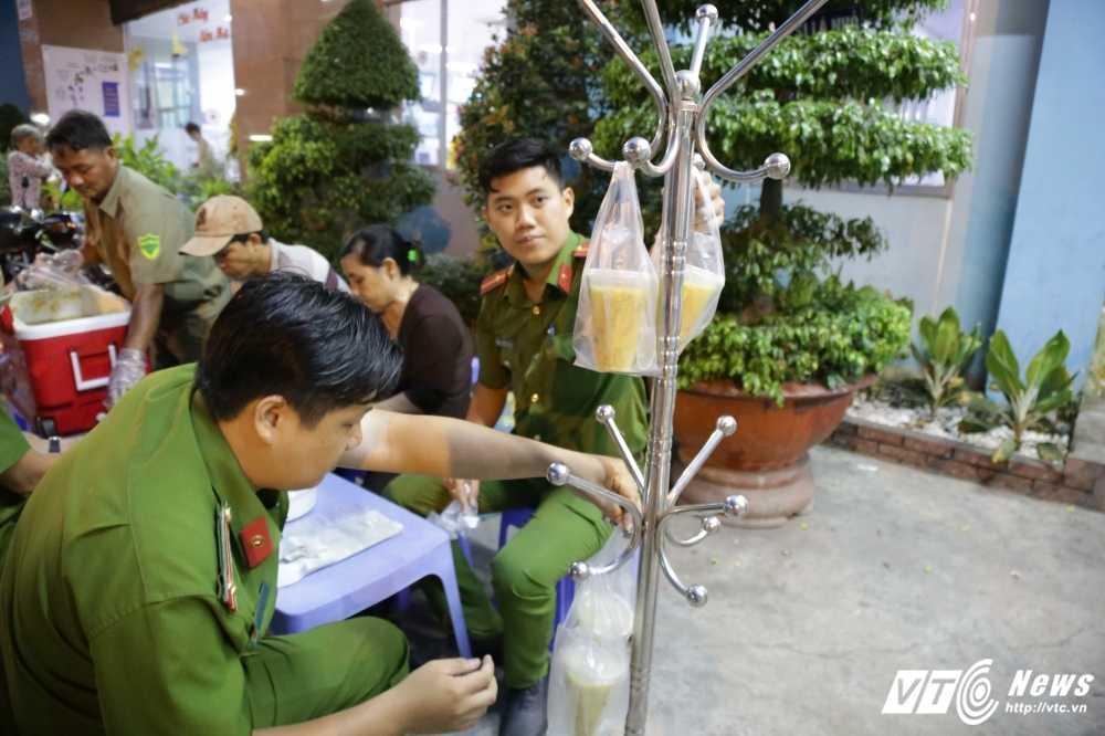 Truong Cong an phuong cung dong doi nau chao cho benh nhan ngheo Sai Gon hinh anh 8
