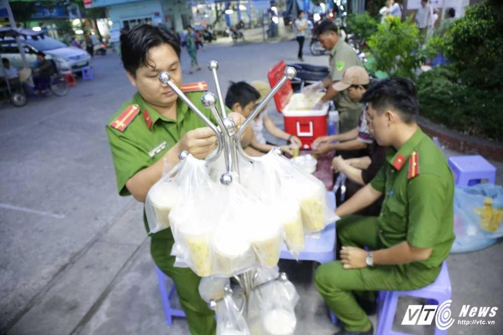 Truong Cong an phuong cung dong doi nau chao cho benh nhan ngheo Sai Gon hinh anh 10