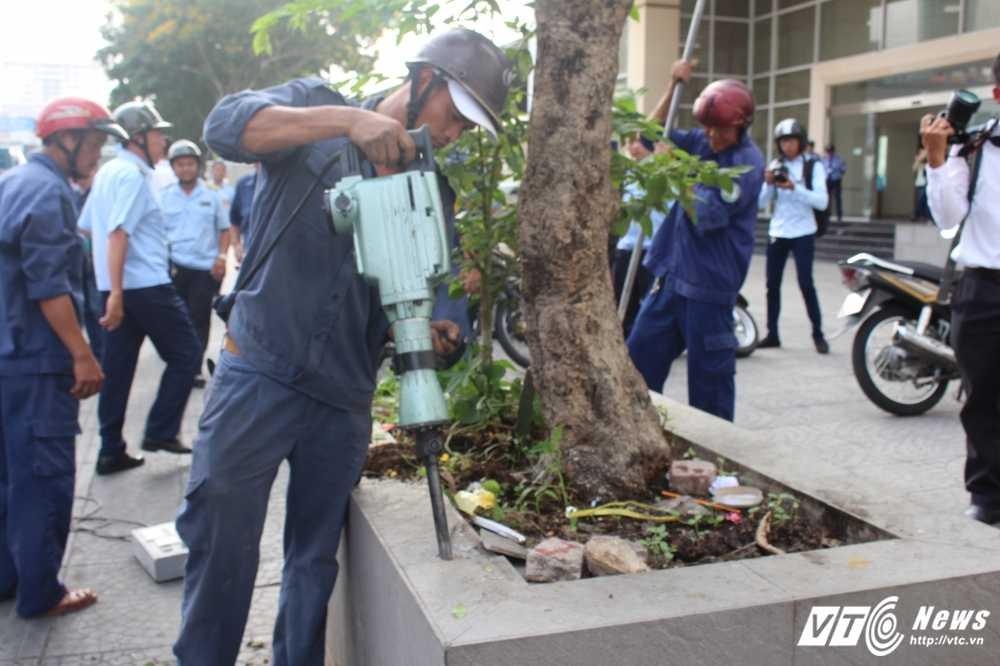 Anh: Bon cay Van phong Bo Cong thuong lan chiem via he bi dap bo hinh anh 3
