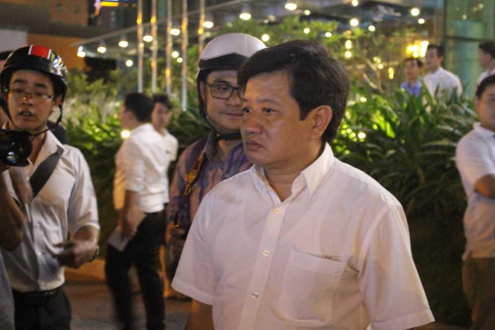 Video: Ong Doan Ngoc Hai 'xu' 2 o to bien ngoai giao chiem het via he truoc khach san 5 sao hinh anh 3