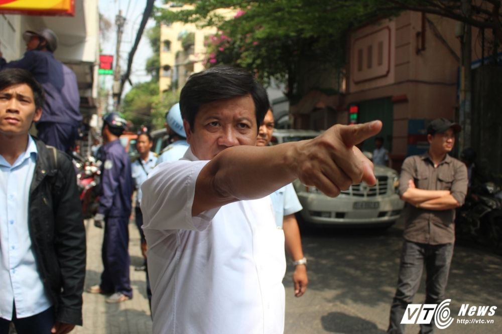 Ong Doan Ngoc Hai chi dao dap bo tru so khu pho 'cuop' via he hinh anh 3