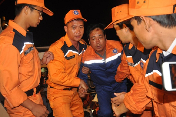 Chim tau Hai Thanh, 9 nguoi mat tich: 2 thuyen vien song sot tro ve hinh anh 1