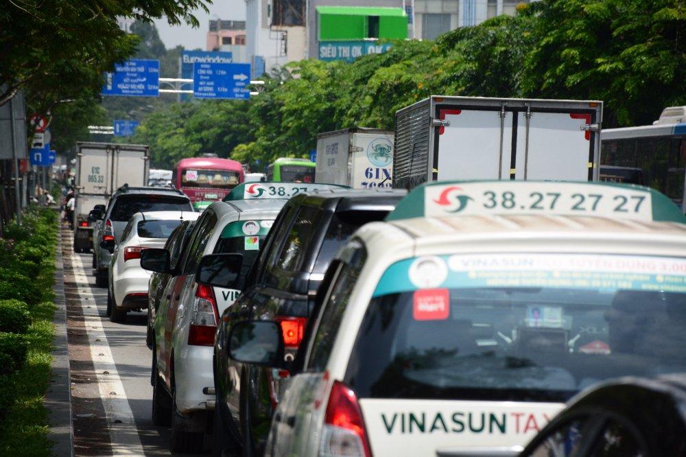 Hang ngan phuong tien 'chon chan' o cua ngo san bay Tan Son Nhat hinh anh 6