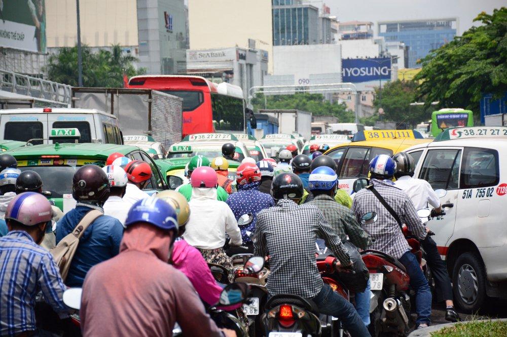 Hang ngan phuong tien 'chon chan' o cua ngo san bay Tan Son Nhat hinh anh 7