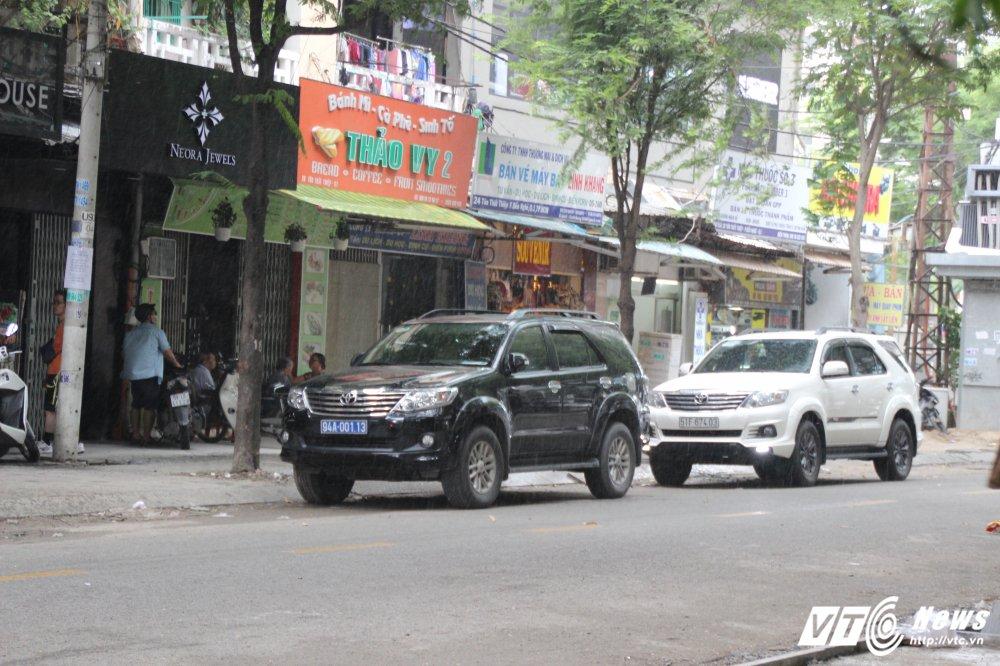 Vang bong ong Doan Ngoc Hai, o to bien xanh, bien trang lai noi duoi nhau dau duoi long duong hinh anh 1