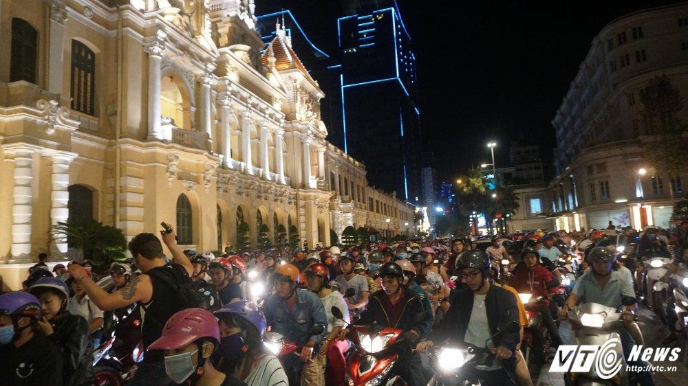 Duong pho Sai Gon un tac, hon loan trong dem Giang sinh hinh anh 4