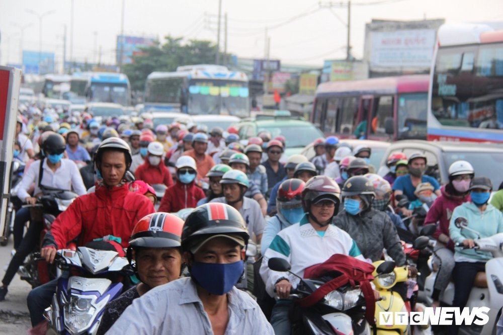 Nguoi dan 'tay xach nach mang' tro lai Sai Gon sau 3 ngay nghi Tet Duong lich 2018 hinh anh 5
