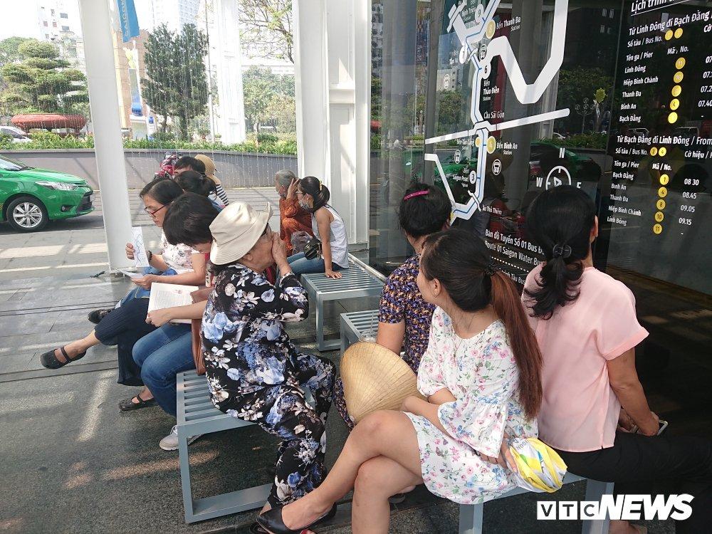 Khach Tay hao huc xep hang dai di buyt song dau tien o Sai Gon hinh anh 7