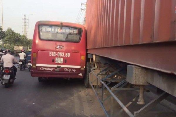 Sau va cham, xe buyt ruot duoi container tren pho Sai Gon hinh anh 1