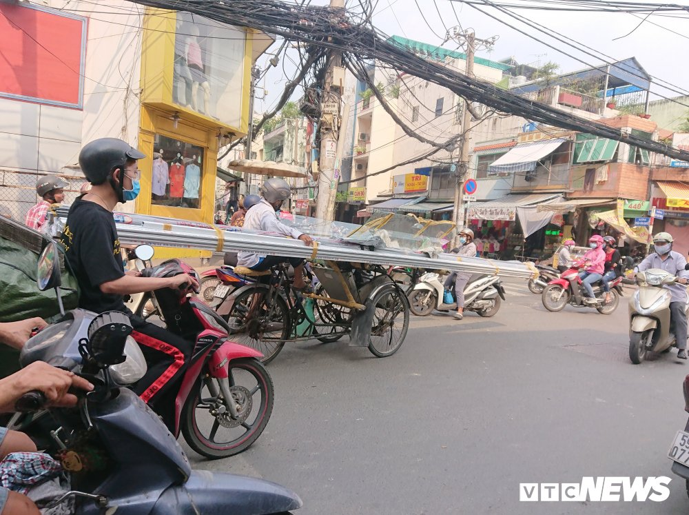 Anh: Xe 'may chem' long hanh khap pho Sai Gon dip can Tet hinh anh 6