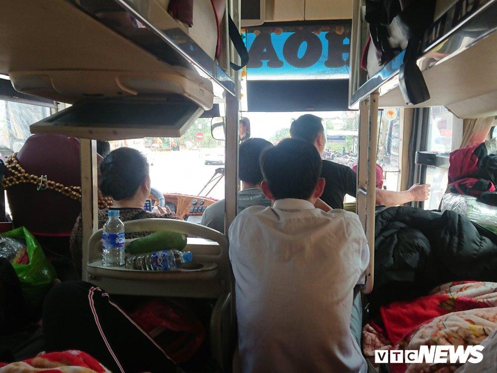 Hanh khach bi 'chat chem', nhoi nhet toi boi tren xe khach vao Sai Gon sau Tet hinh anh 5