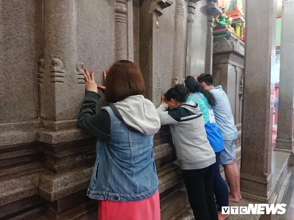 Nguoi dan thi tham voi da trong ngoi chua linh thieng bac nhat Sai Gon hinh anh 8