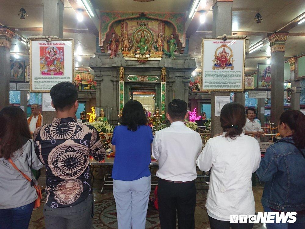 Nguoi dan thi tham voi da trong ngoi chua linh thieng bac nhat Sai Gon hinh anh 4
