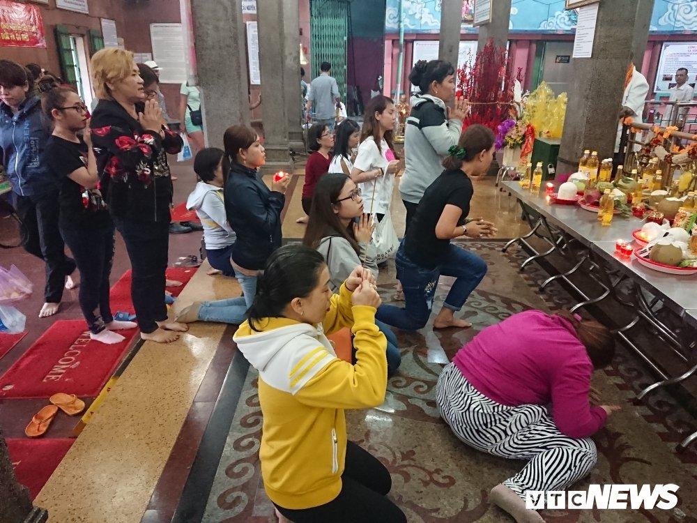 Nguoi dan thi tham voi da trong ngoi chua linh thieng bac nhat Sai Gon hinh anh 5