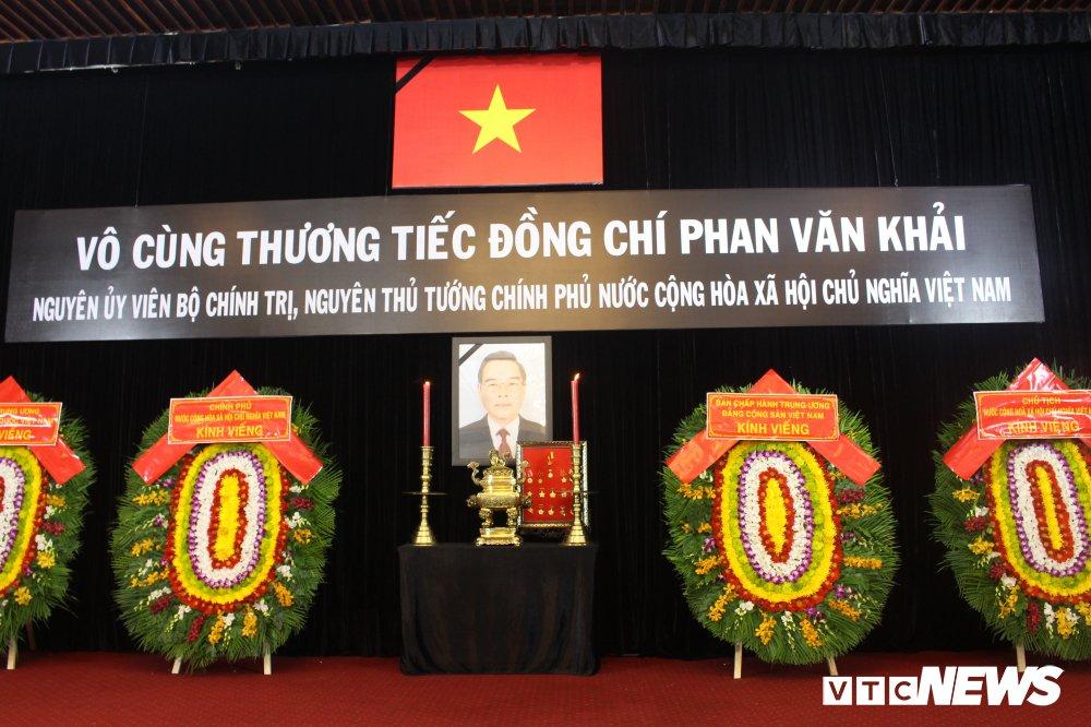 Anh: Hoc sinh xep hang dai vieng nguyen Thu tuong Phan Van Khai hinh anh 4