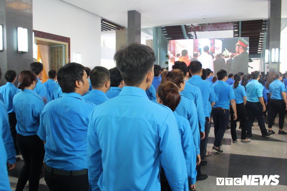 Anh: Hoc sinh xep hang dai vieng nguyen Thu tuong Phan Van Khai hinh anh 7
