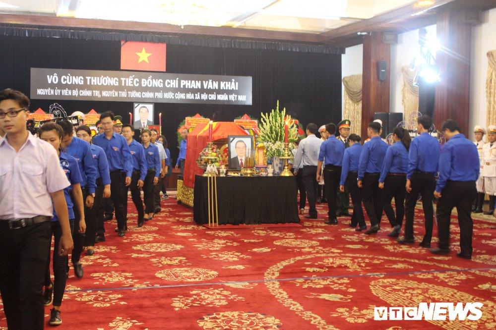 Anh: Hoc sinh xep hang dai vieng nguyen Thu tuong Phan Van Khai hinh anh 8