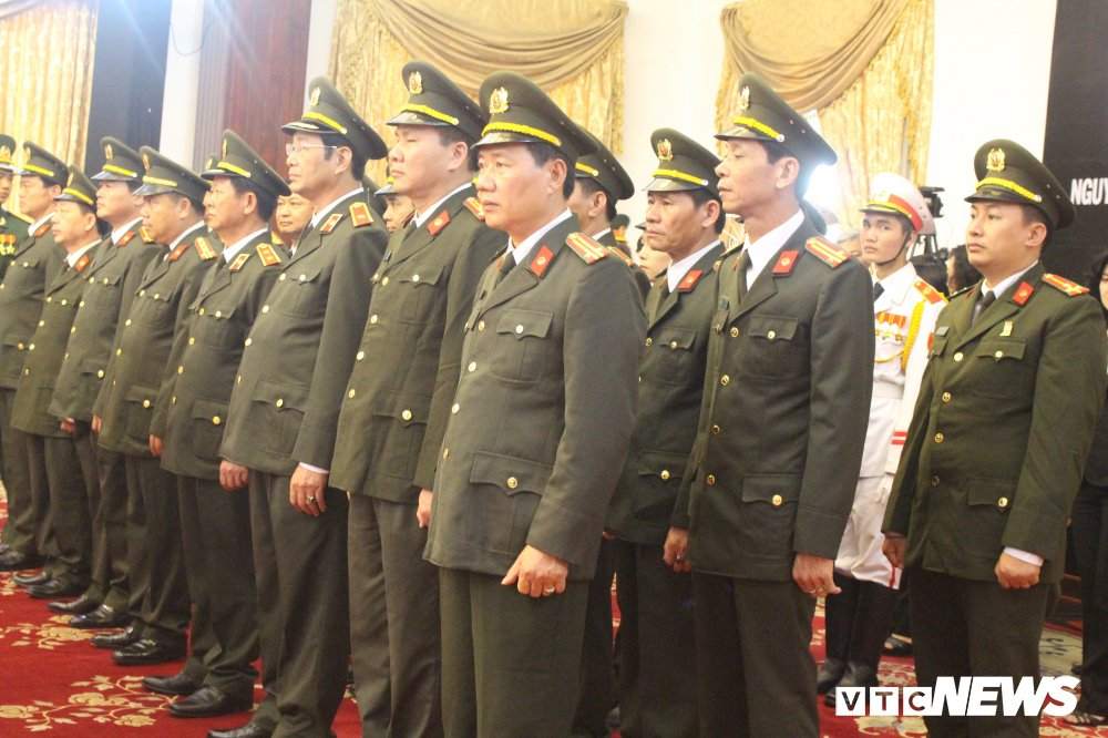 Anh: Hoc sinh xep hang dai vieng nguyen Thu tuong Phan Van Khai hinh anh 9