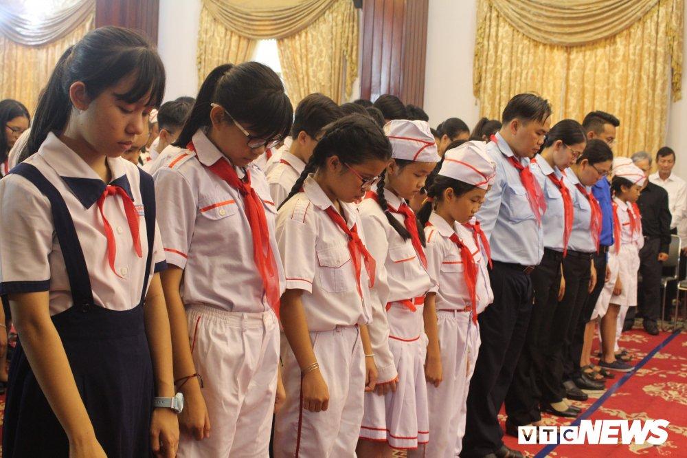 Anh: Hoc sinh xep hang dai vieng nguyen Thu tuong Phan Van Khai hinh anh 5