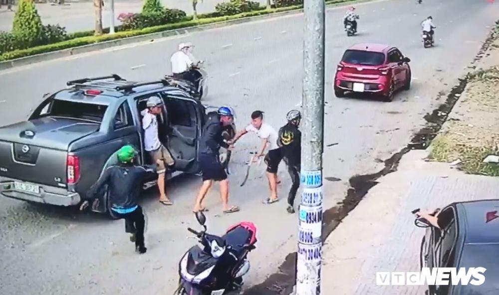 Nhom giang ho dung vat giong sung, rua truy sat nhau o Dong Nai hinh anh 1