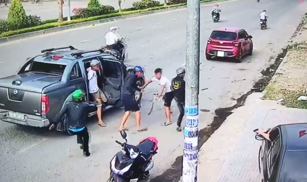 Dung sung, rua truy sat nhau o Dong Nai: Cong an bat giam 5 nguoi hinh anh 1