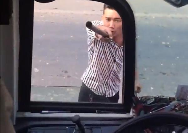 Nhom con do chan xe, danh dan mat tai xe khong cho bat khach o Dong Nai hinh anh 1