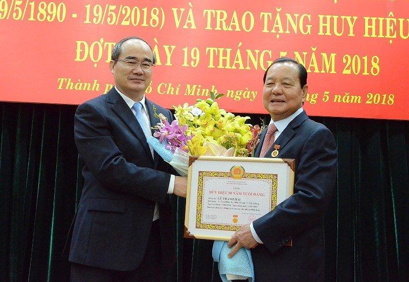 Nguyen Bi thu TP.HCM Le Thanh Hai nhan huy hieu 50 nam tuoi Dang hinh anh 1
