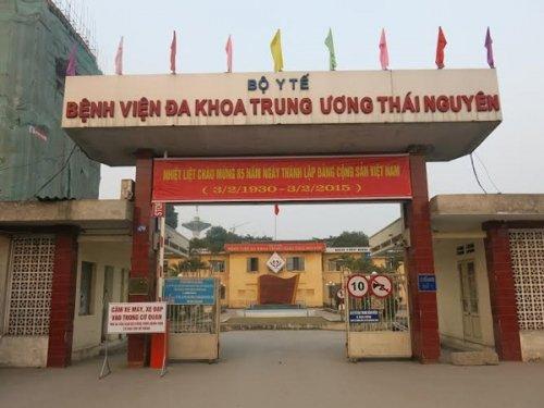 Choang voi di vat dai 15cm cam sau vao trong hoc mat benh nhan hinh anh 1