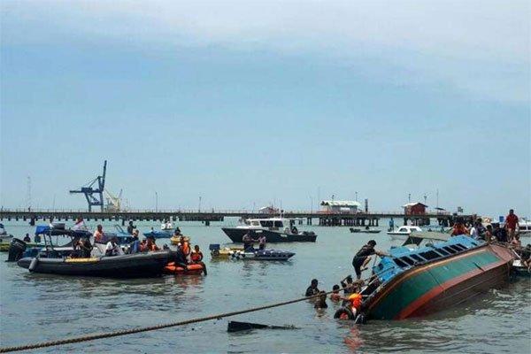Indonesia: Lat tau cho 51 nguoi, 8 nguoi thiet mang hinh anh 1