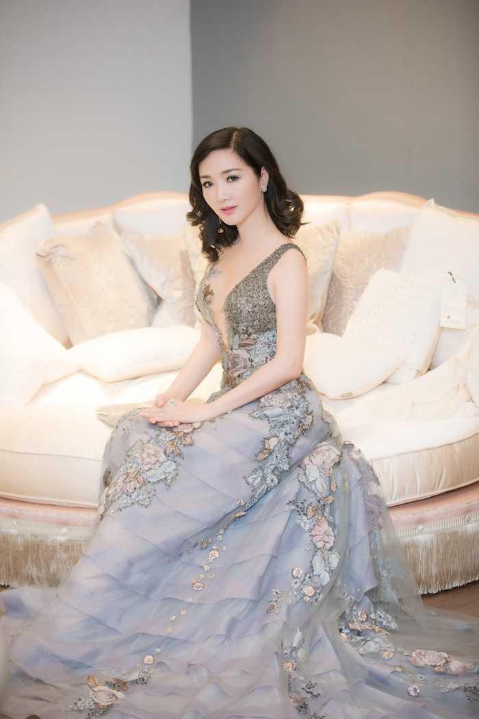 Hoa hau Giang My, A hau Thuy Van dua nhau ho bao, do ve sexy hinh anh 6