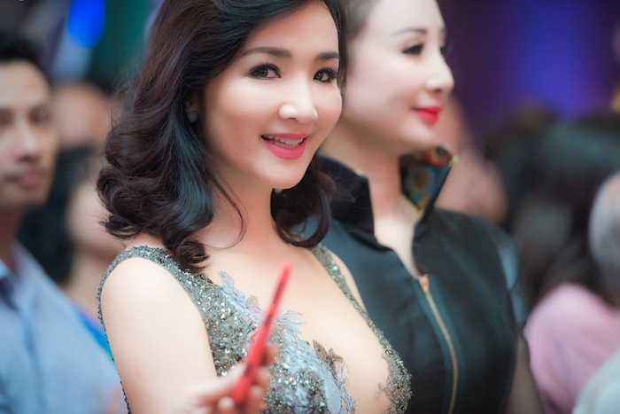 Hoa hau Giang My, A hau Thuy Van dua nhau ho bao, do ve sexy hinh anh 5
