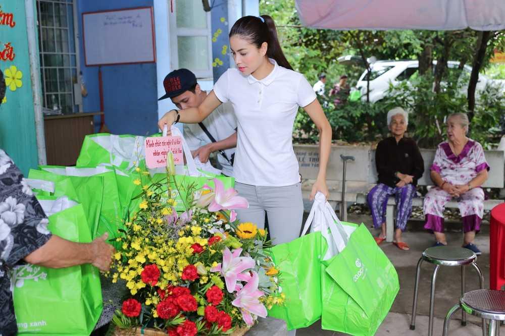 Hoa hau Pham Huong roi le khi duoc tien boi day do hinh anh 1