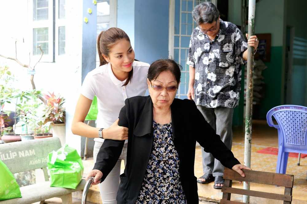 Hoa hau Pham Huong roi le khi duoc tien boi day do hinh anh 6
