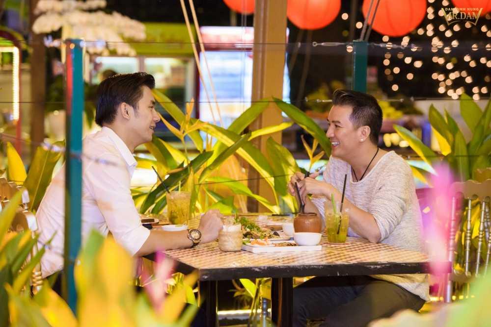 Dam Vinh Hung kin dao di an toi cung 'nguoi tinh dong tinh' hinh anh 2